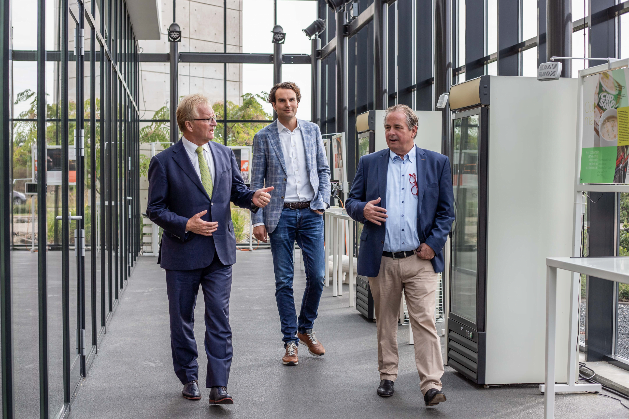 Hans de Boer trapt landelijke afscheidstournee af in Limburg met bezoek aan Scelta Mushrooms